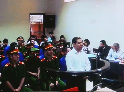 Bị cáo Dương Chí Dũng trả lời trong phiên tòa sáng 28-4 - Ảnh chụp qua màn hình
