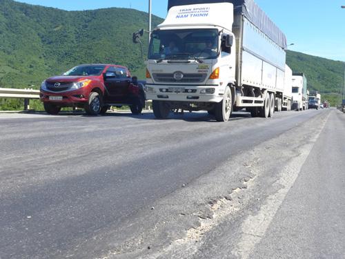 Vết lún sâu tạo thành gờ gồ sống trâu gây mất an toàn giao thông tại đoạn đường trước khi vào hầm Đèo Ngang - Ảnh: Thế Dũng