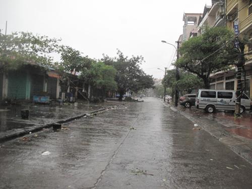 Đường phố thành phố biên giới Móng Cái vắng lặng sáng sớm ngay 19-7 khi gió đã giật mạnh
