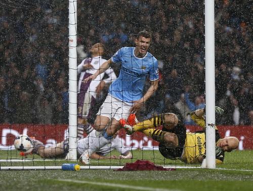 Edin Dzeko lập cú đúp, Man City thẳng tiến đến chiến thắng