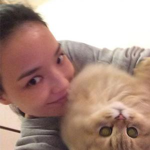 Nữ diễn viên bên mèo cưng của mình