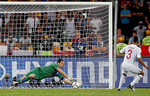 Ashley Cole sút hỏng quả phạt đền trước tuyển Ý ở tứ kết EURO 2012
