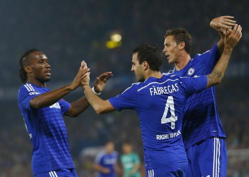 Fabregas và đồng đội vui mừng sau bàn mở tỉ số