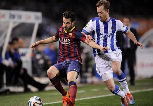 Fabregas đi bóng trước các hậu vệ Sociedad