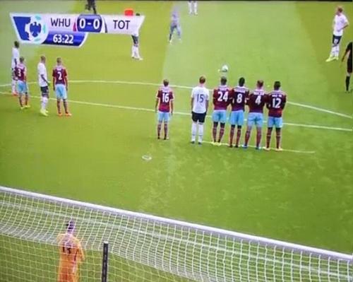 Xâm nhập sân bóng, chạy đến chỗ các cầu thủ chuẩn bị đá phạt