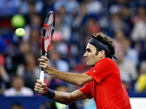 Federer phòng ngự kiên cường và tấn công hiểm hóc, đặc biệt cú trái tay, tối 11-10 Ảnh: REUTERS