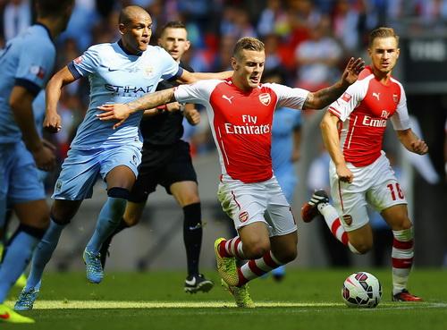 Hàng tiền vệ Man City với tân binh Fernando (trái) không lấn lướt nổi đối phương