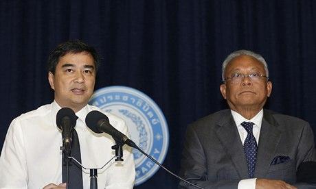 Cựu Thủ tướng Abhisit Vejjajiva (trái) và cựu Phó Thủ tướng Suthep Thaugsuban (phải). Ảnh: AP