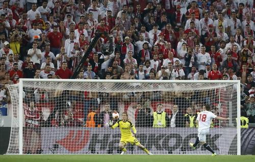 Kevin Gameiro thực hiện cú sút quyết định, ấn định chiến thắng 4-2 cho Sevilla