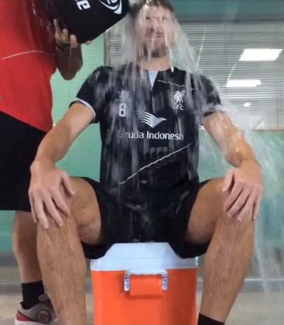 Steven Gerrard nhờ đồng đội đổ xô nước đá lên đầu