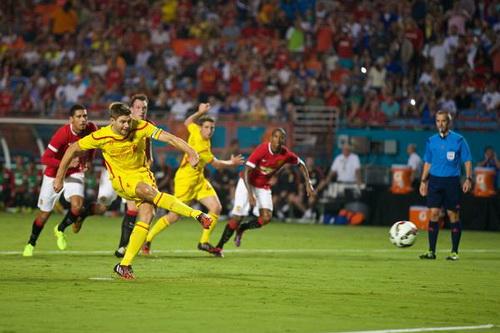 Gerrard mở tỉ số cho Liverpool từ chấm 11 mét