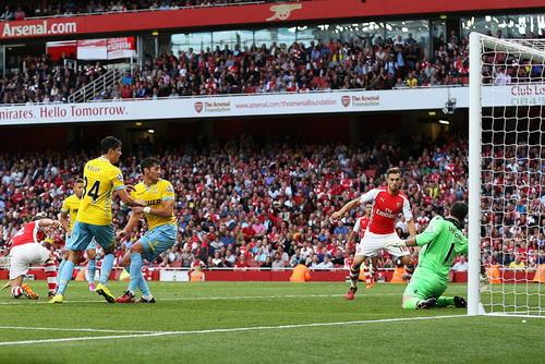 Ramsey ghi bàn phút bù giờ, giúp Arsenal có được chiến thắng mở màn