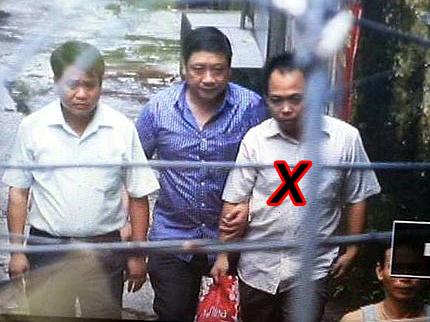 Giám đốc Công an TP Hà Nội Nguyễn Đức Chung (bìa trái) và đưa tên bắt cóc Trần Thanh Bình (bìa phải) xe về cơ quan điều tra - Ảnh: CAND