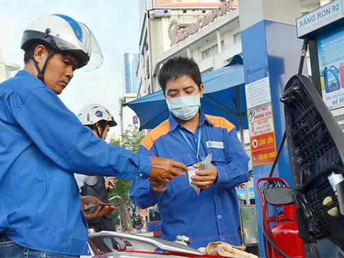 Giá dầu giảm nhỏ giọt 90-130 đồng/lít song giá xăng RON 92 và RON 95 vẫn giữa nguyên - Ảnh: Tấn Thạnh