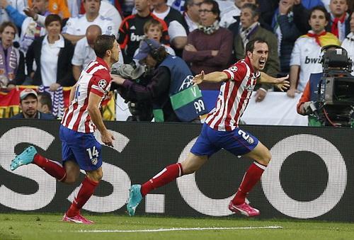 Godin (phải) vui mừng sau bàn thắng mở tỉ số