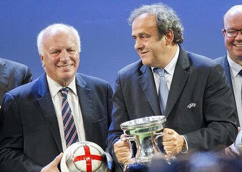 Chủ tịch UEFA Michel Platini chia sẻ niềm vui cùng chủ tịch FA Greg Dyke sau cuộc bỏ phiếu