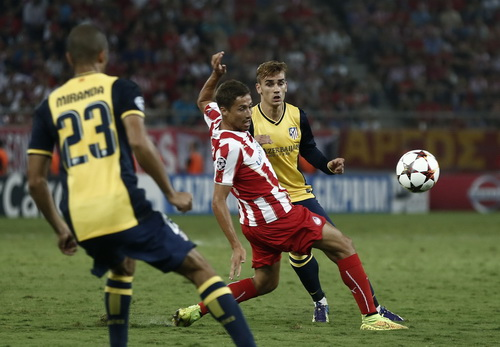 Antoine Grieszmann (phải) ghi bàn rút ngắn cách biệt 2-3 cho Atletico Madrid