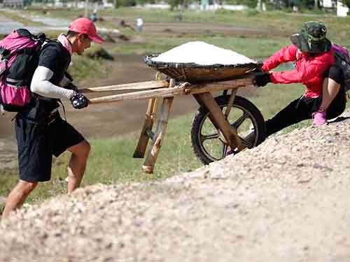 Đội Hồng của Hương Giang, Criss Lai ở thử thách làm muối  Ảnh: Ân Nguyễn