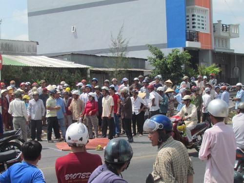 Hàng trăm người kéo đến xem vụ tai nạn gây ách tắc giao thông cục bộ