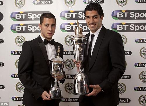 Eden Hazard (trái) nhận giải Cầu thủ trẻ xuất sắc