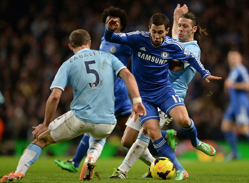 Hàng thủ Man City không theo nổi tiền vệ năng động E.Hazard của Chelsea