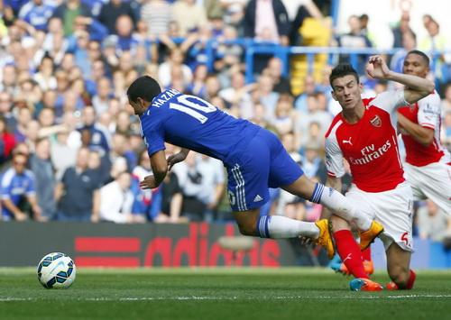 Hazard bị phạm lỗi và mang về bàn mở tỉ số cho Chelsea
