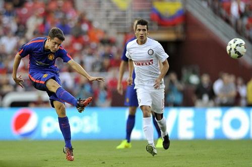 Ander Herrera tung cú sút xa trước hàng thủ Inter