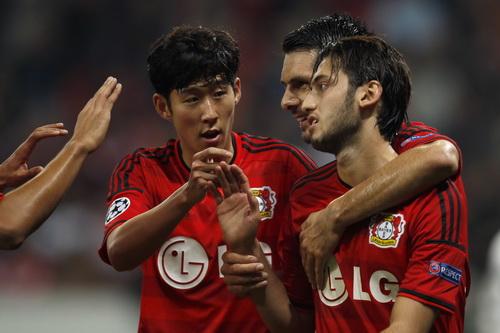 Heung Min-son (giữa) và đồng đội vui mừng với chiến thắng của Leverkusen