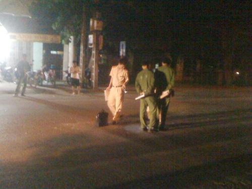 Lực lượng chức năng khám nghiệm hiện trường vụ tai nạn ngay trong đêm 13-7