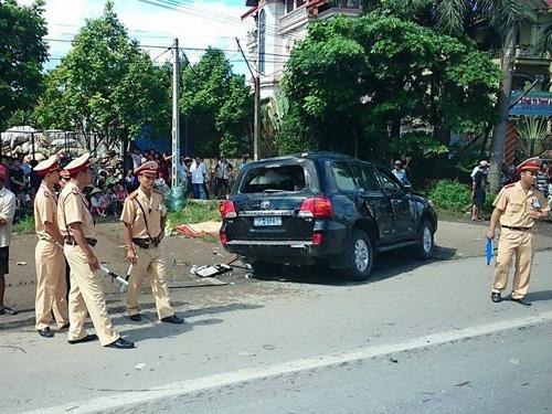 Lực lượng chức năng khám nghiệm hiện trường, điều tra nguyên nhân vụ tai nạn - Ảnh: CTV