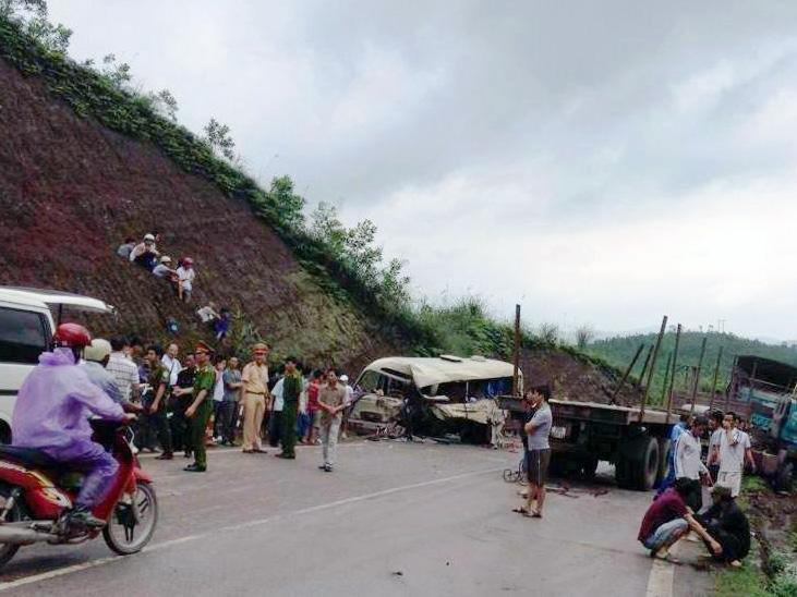 Hiện trường vụ tai nạn thảm khốc xe khách đấu đầu container