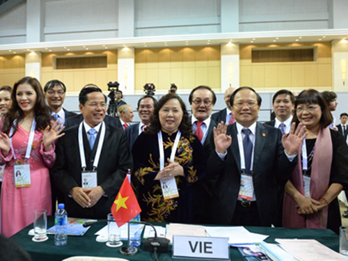 Đoàn đại biểu Việt Nam lúc nghe công bố kết quả giành quyền đăng cai Asiad 18 cuối năm 2011