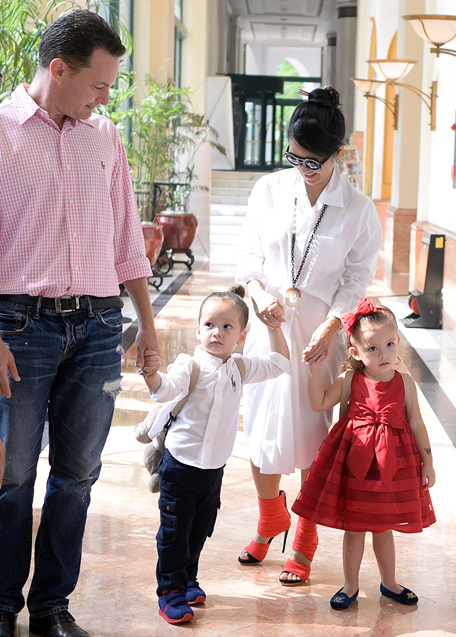 Nữ ca sĩ Hồng Nhung ra Hà Nội để tham gia lễ hội âm nhạc Gió mùa. Ảnh: Hồng Nhung cùng chồng và 2 con