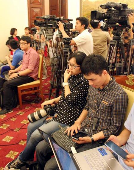 Các phóng viên tác nghiệp trực tiếp tại cuộc họp báo