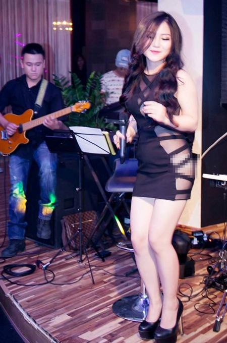 Trang phục mát mẻ của ca sĩ Hương Tràm chịu nhiều sự chỉ trích
