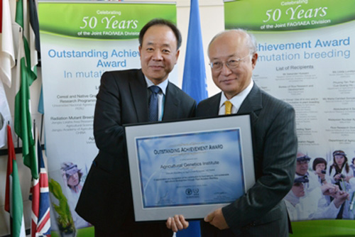 Nhà khoa học Việt Nam nhận giải thưởng trong lĩnh vực đột biến tạo giống của Cơ quan Năng lượng nguyên tử quốc tế. Ảnh: Bộ Ngoại giao cung cấp