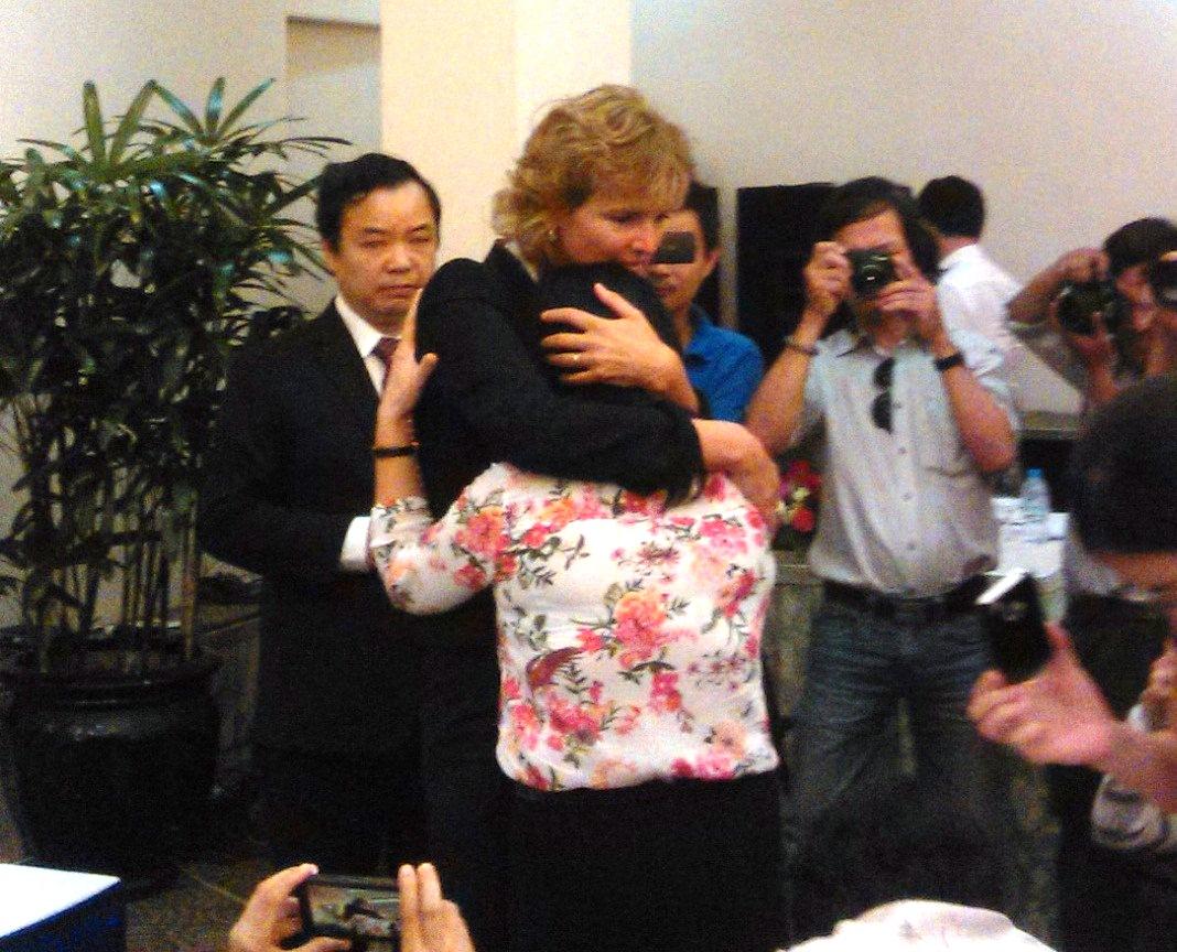 Tác giả Annette an ủi chị Hồ Thu Thủy, vợ cơ trưởng máy bay Yak-40.