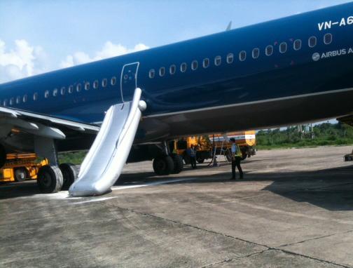 Máy bay A321 mang số hiệu VNA322 bị mở cửa thoát hiểm chiều 22-7. Ảnh do đại diện Cảng vụ Hàng không miền Bắc tại Cảng hàng không Thọ Xuân (Thanh Hoá)
