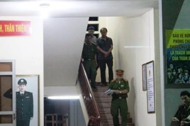 Ông Lê Đức Hải bị cảnh sát còng tay dẫn ra từ trụ sở Đội kiểm lâm cơ động số 1
