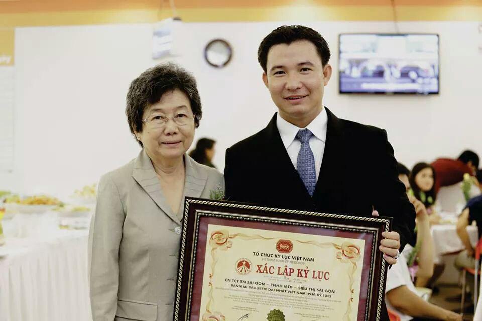 Ông Giang Minh Trường, Giám đốc Siêu thị Sài Gòn, nhận bằng xác lập kì lục