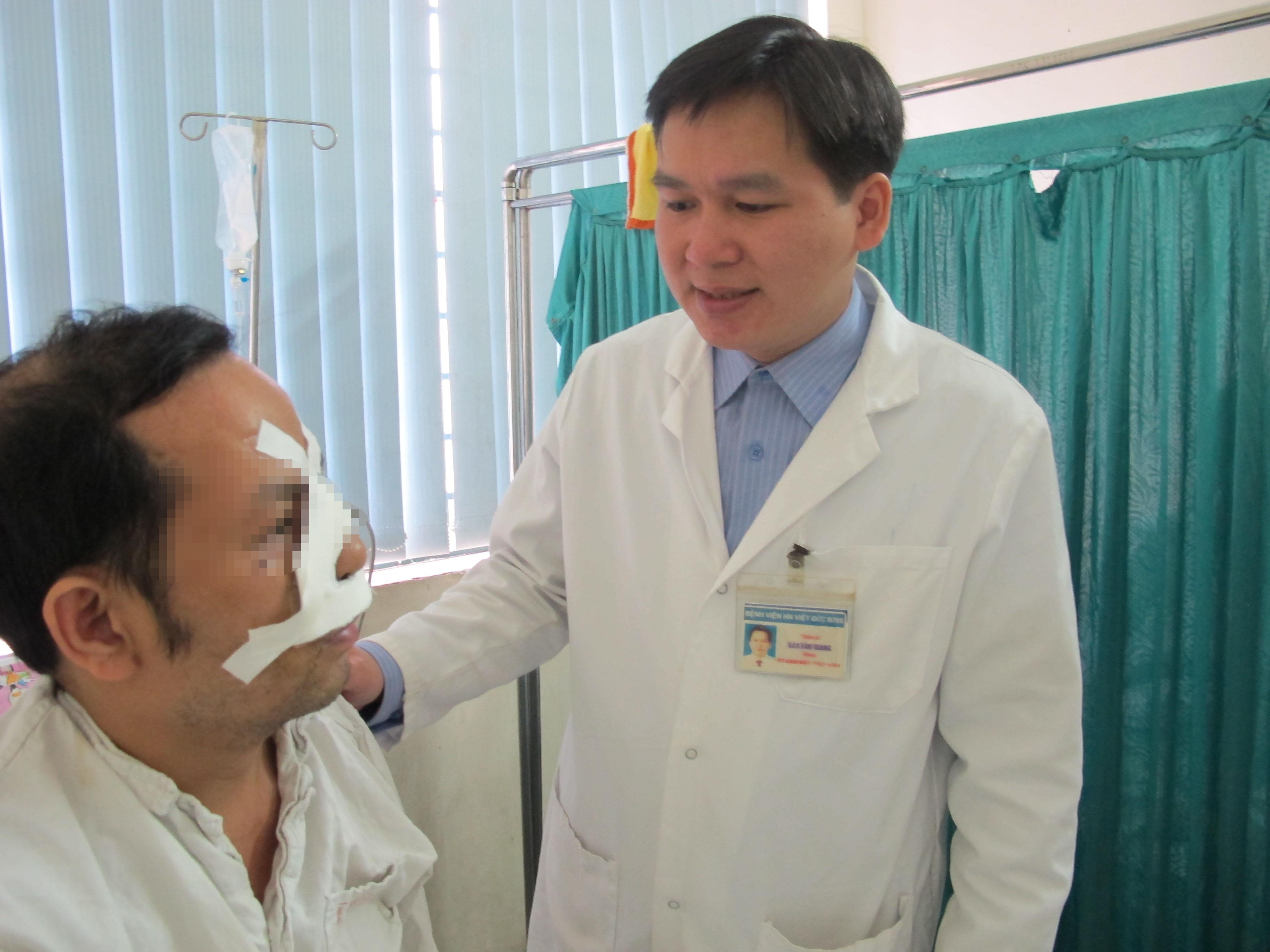 Bác sĩ Đào Văn Giang và bệnh nhân nam được phẫu thuật nối mũi thành công