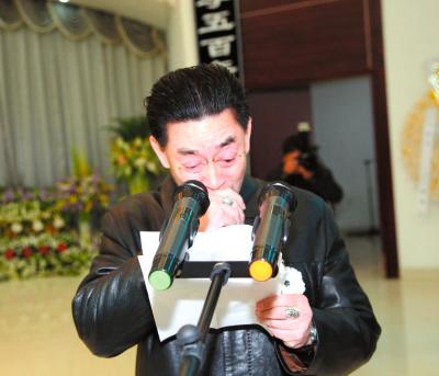 Lục Tiểu Linh Đồng khóc trong đám tang cha