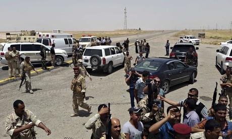 Lực lượng an ninh Iraq và tình nguyện viên ở vùng ngoại ô tỉnh Diyala. Ảnh: Reuters