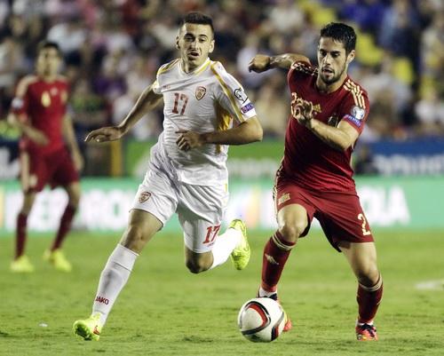 Tiền vệ trẻ Isco (phải) tranh chấp bóng với Radeski của Macedonia