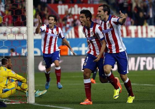 Raul Jimenez (giữa) ấn định chiến thắng 4-0 cho Atletico