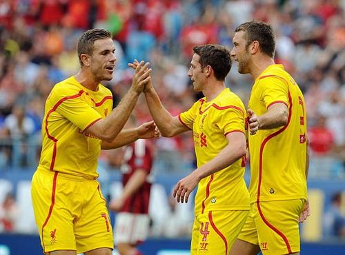 Joe Allen (giữa) sau pha mở tỉ số cho Liverpool