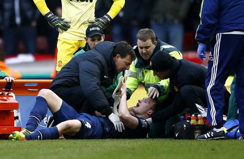 Phil Jones bất tỉnh sau pha va chạm cuối hiệp một