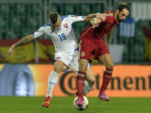 Hậu vệ Juanfran (phải) có một ngày vất vả trước các chân sút Slovakia