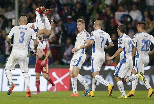 Juraj Kucka (giữa) vui mừng sau bàn mở tỉ số cho Slovakia