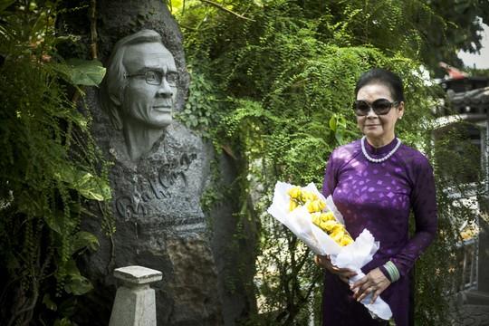 Khánh Ly thăm mộ nhạc sĩ Trịnh Công Sơn. Ảnh: Cao Trung Hiếu
